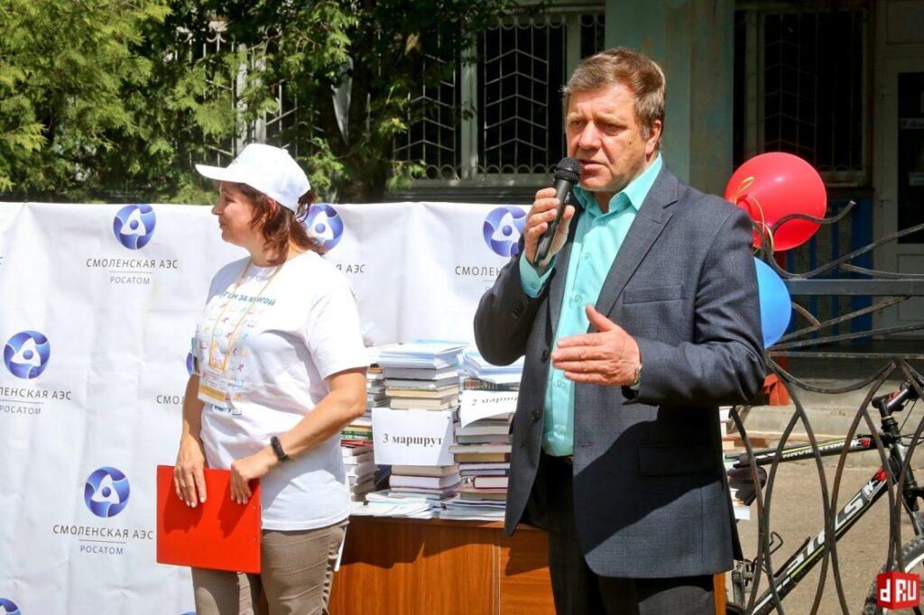 begushhaja-kniga-v-desnogorske-davydov-viktor-23-1024x682 27 мая десногорцы приняли участие во Всероссийской социокультурной акции «Бегущая книга»